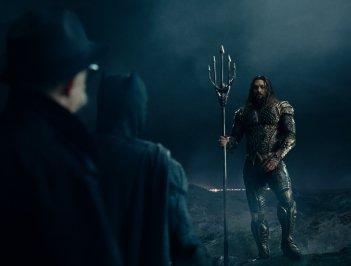 Justice League: Jason Momoa, Ben Affleck e J.K. Simmons in una scena del film