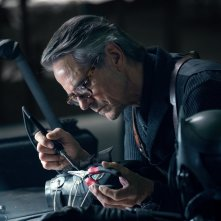 Justice League: Jeremy Irons in una scena del film