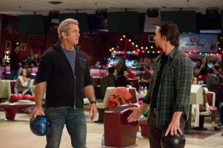 Daddy's Home 2: Mel Gibson e Mark Wahlberg in una scena del film