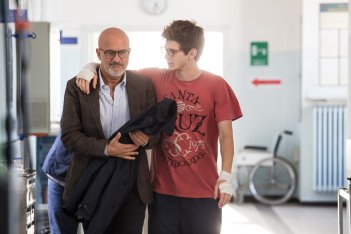 Gli sdraiati: Claudio Bisio e Gaddo Bacchini in una scena del film