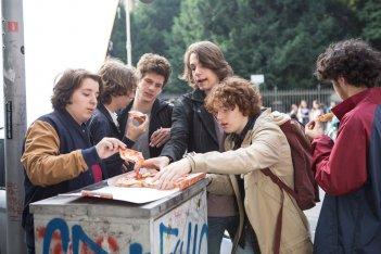 Gli sdraiati: Gaddo Bacchini in una scena di gruppo del film