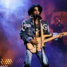 Prince - Sign o' the Times: il musicista statunitense sul palco in un'immagine tratta dal documentario