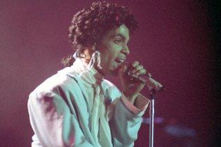 Prince - Sign o' the Times: l'artista statunitense canta sul palco in un momento del documentario