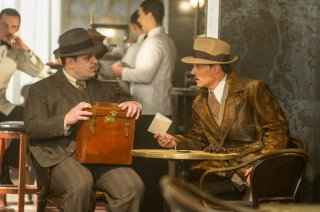 Assassinio sull'Orient Express: Johnny Depp e Josh Gad in una scena del film