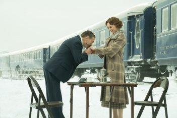 Assassinio sull'Orient Express: Kenneth Branagh e Daisy Ridley in una scena del film