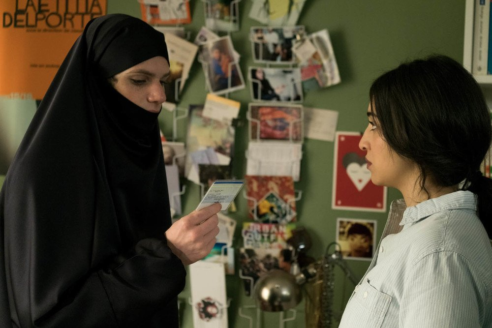 Due sotto il burqa: Félix Moati e Camelia Jordana in una scena del film