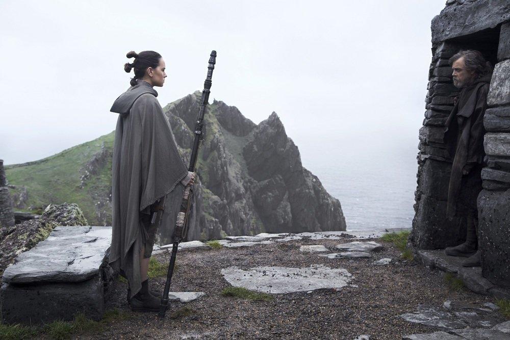 Star Wars: Gli ultimi Jedi, Daisy Ridley e Mark Hamill in una foto del film