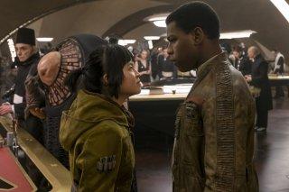 Star Wars: Gli Ultimi Jedi, John Boyega e Kelly Marie Tran in una scena del film