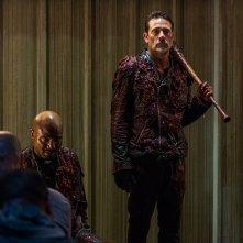 The Walking Dead: Seth Gilliam e Jeffrey Dean Morgan in una scena dell'episodio