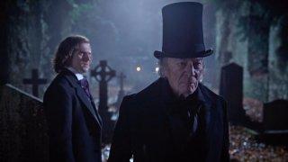 Dickens - L'uomo che inventò il Natale: Dan Stevens e Christopher Plummer in un momento del film