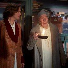 Dickens - L'uomo che inventò il Natale: Dan Stevens e Christopher Plummer in una scena del film