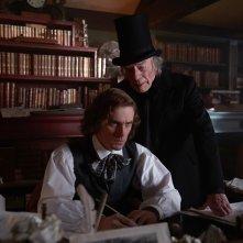 Dickens - L'uomo che inventò il Natale: Dan Stevens e Christopher Plummer in un'immagine del film