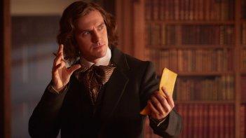 Dickens - L'uomo che inventò il Natale: Dan Stevens in un momento del film