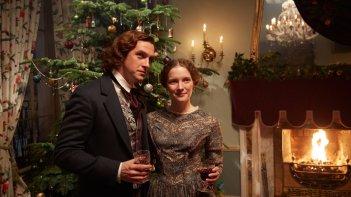 Dickens - L'uomo che inventò il Natale: Dan Stevens e Morfydd Clark in una scena del film
