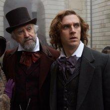 Dickens - L'uomo che inventò il Natale: Ger Ryan, Jonathan Pryce e Dan Stevens in una scena del film
