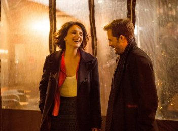 Let the Sunshine In: Juliette Binoche e Nicolas Duvauchelle in una scena del film