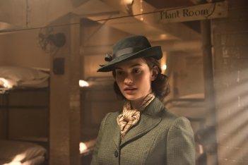 L'ora più buia: Lily James in una scena del film