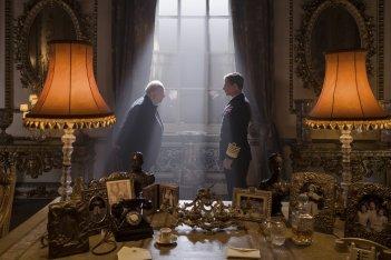 L'ora più buia: Gary Oldman e Ben Mendelsohn in un'immagine del film