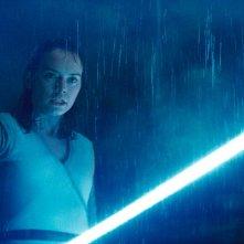 Star Wars: Gli Ultimi Jedi: un primo piano di Daisy Ridley con la spada laser