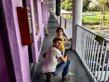 The Florida Project: Willem Dafoe e Brooklynn Prince in una scena del film