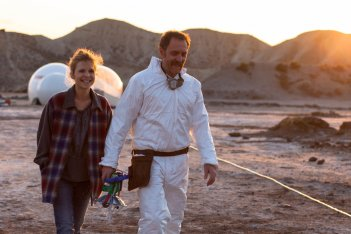 Tito e gli alieni: Clémence Poésy e Valerio Mastandrea in un momento del film