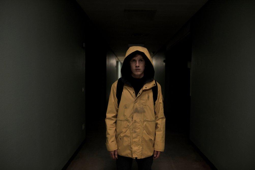 Dark: una scena della serie con Louis Hofmann