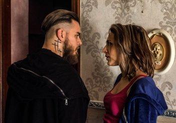 Gomorra 3: Enzo 'o Sangueblu (Arturo Muselli) insieme a sua sorella in una scena del quinto episodio