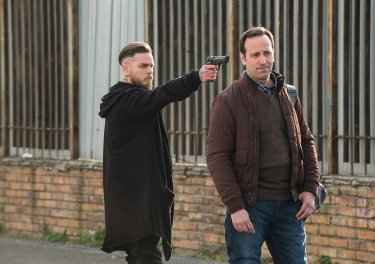 Arturo Muselli (con la pistola) nella terza stagione di Gomorra (sesto episodio)
