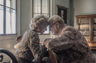 L'ora più buia: Gary Oldman e Kirstin Scott Thomas in una scena