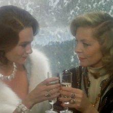 Assassinio sull'Orient Express: Jacqueline Bisset e Lauren Bacall in una scena del film
