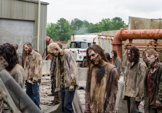 The Walking Dead: degli erranti in una scena dell'episodio Time for After