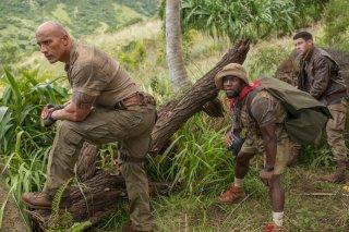 Una scena del remake di Jumanji con Dwayne Johnson