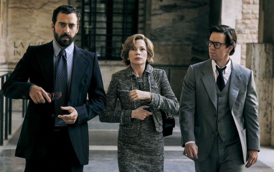 Tutti i soldi del mondo: Michelle Williams, Mark Wahlberg e Maurizio Lombardi in una scena del film