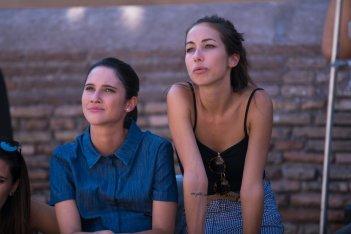 Poveri ma ricchissimi: Tess Masazza e Lodovica Comello in una scena del film