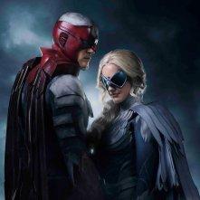 Titans: Alan Ritchson e Minka Kelly in una foto promozionale