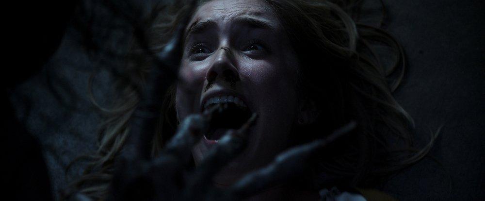 Insidious: L'ultima chiave, Spencer Locke terrorizzata in una scena del film