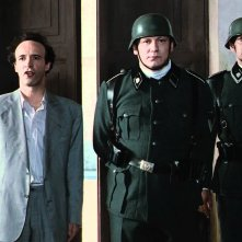 La Vita è bella: Roberto Benigni in una scena