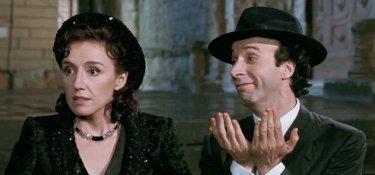 La vita è bella: Roberto Benigni e Nicoletta Braschi in una scena