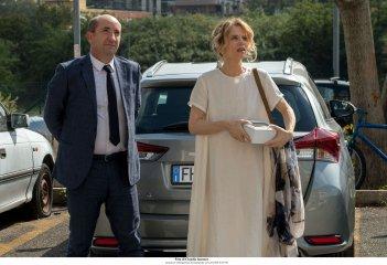 Come un gatto in tangenziale: Antonio Albanese e Sonia Bergamasco in una scena del film