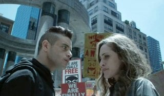 Mr. Robot: Rami Malek e Carly Chaikin in una scena dell'episodio eps3.4_runtime-err0r.r00