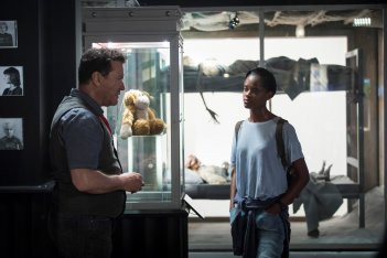 Black Mirror: Douglas Hodge e Letitia Wright in una scena dell'episodio Black Museum