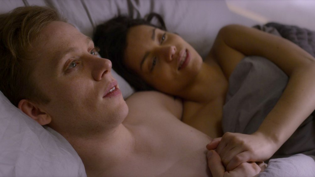 Black Mirror: Georgina Campbell e Joe Cole in una scena dell'episodio Hang the DJ