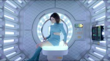 Black Mirror: una scena con Cristin Milioti nell'episodio USS Callister