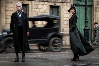Animali Fantastici: I crimini di Grindelwald, Johnny Depp e Poppy Corby-Tuech in una foto del film