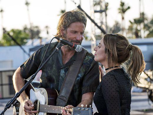 A star is born: Lady Gaga e Bradley Cooper in una scena