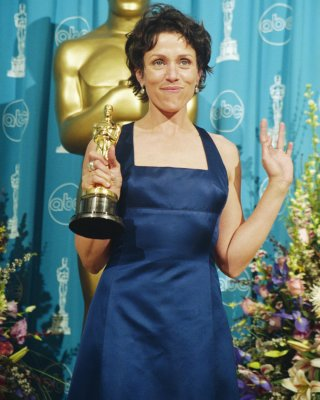 Frances McDormand in una scena del film con l'Oscar vinto nel 1997 per Fargo