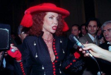 Marina Ripa di Meana in abito rosso e nero