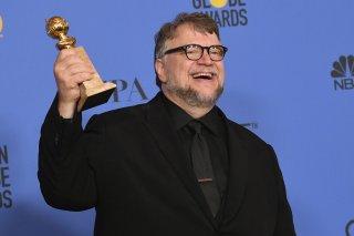 Guillermo del Toro con il Golden Globe vinto per La forma dell'acqua - The Shape of Water