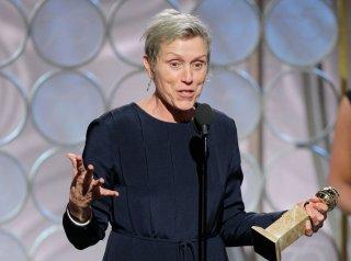 Frances McDormand con il Golden Globe vinto per Tre manifesti a Ebbing, Missouri