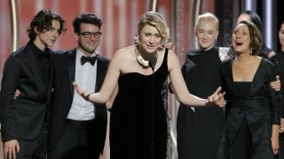 Greta Gerwig insieme a Timothée Chalamet, Saoirse Ronan e Laurie Metcalf sul palco dopo la vittoria del Golden Globe di Lady Bird